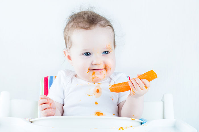 Introducing baby with solid food: catch up to the first tooth