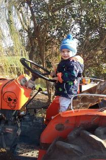 Вот так мы любим тракторы на даче)