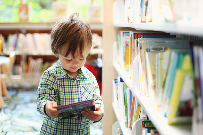 5 reasons to go to the library with your child