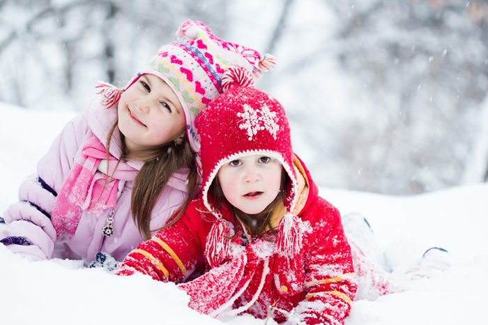 Do not let yourself get cold: 10 games with a child outside during the cold season