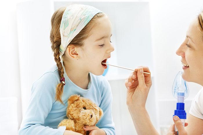Чем лечить горло ребенку в 1 год, в 6 месяцев, в 3