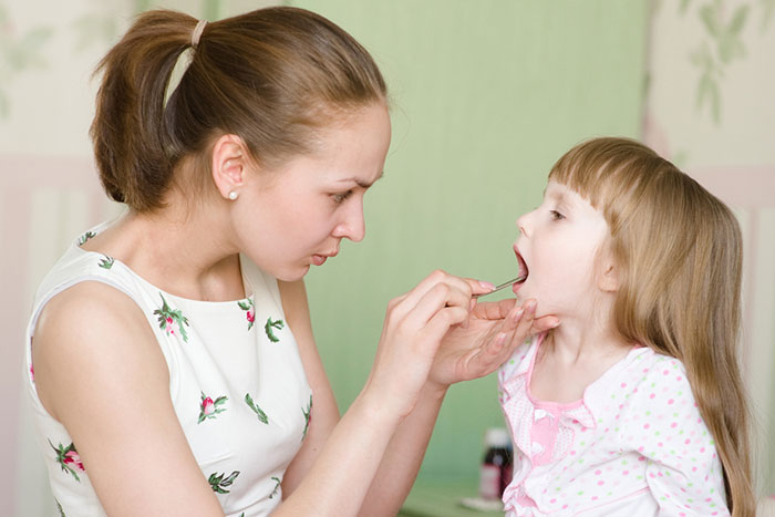 Больно глотать: 5 домашних способов помочь ребенку с больным горлом