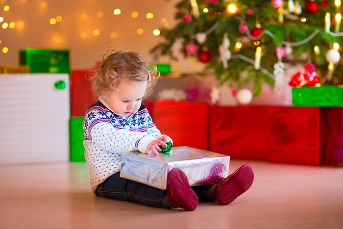 Как дети открывает подарок 887