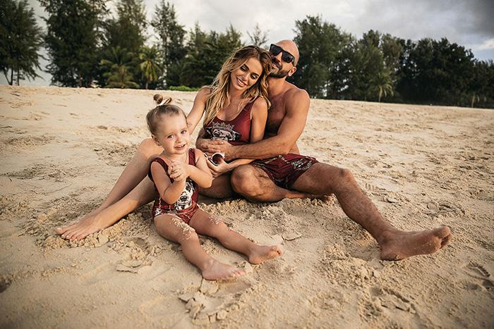 Анна с мужем и дочками