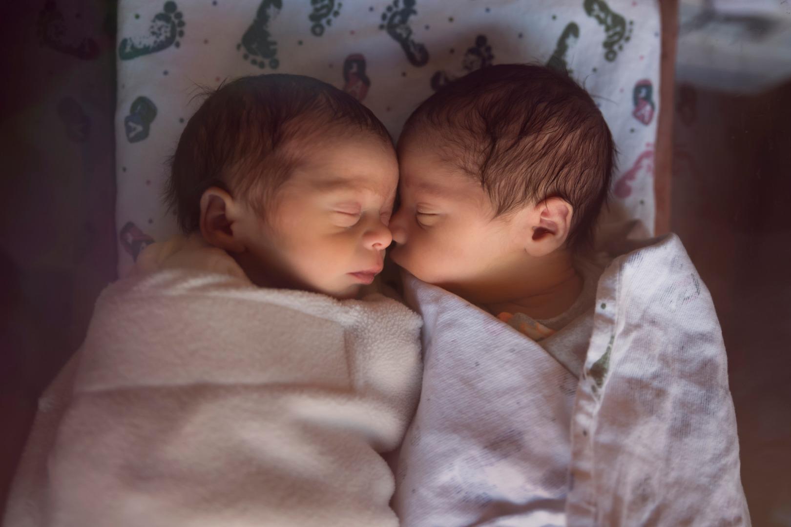 «Не можем наладить кормление двойняшек»