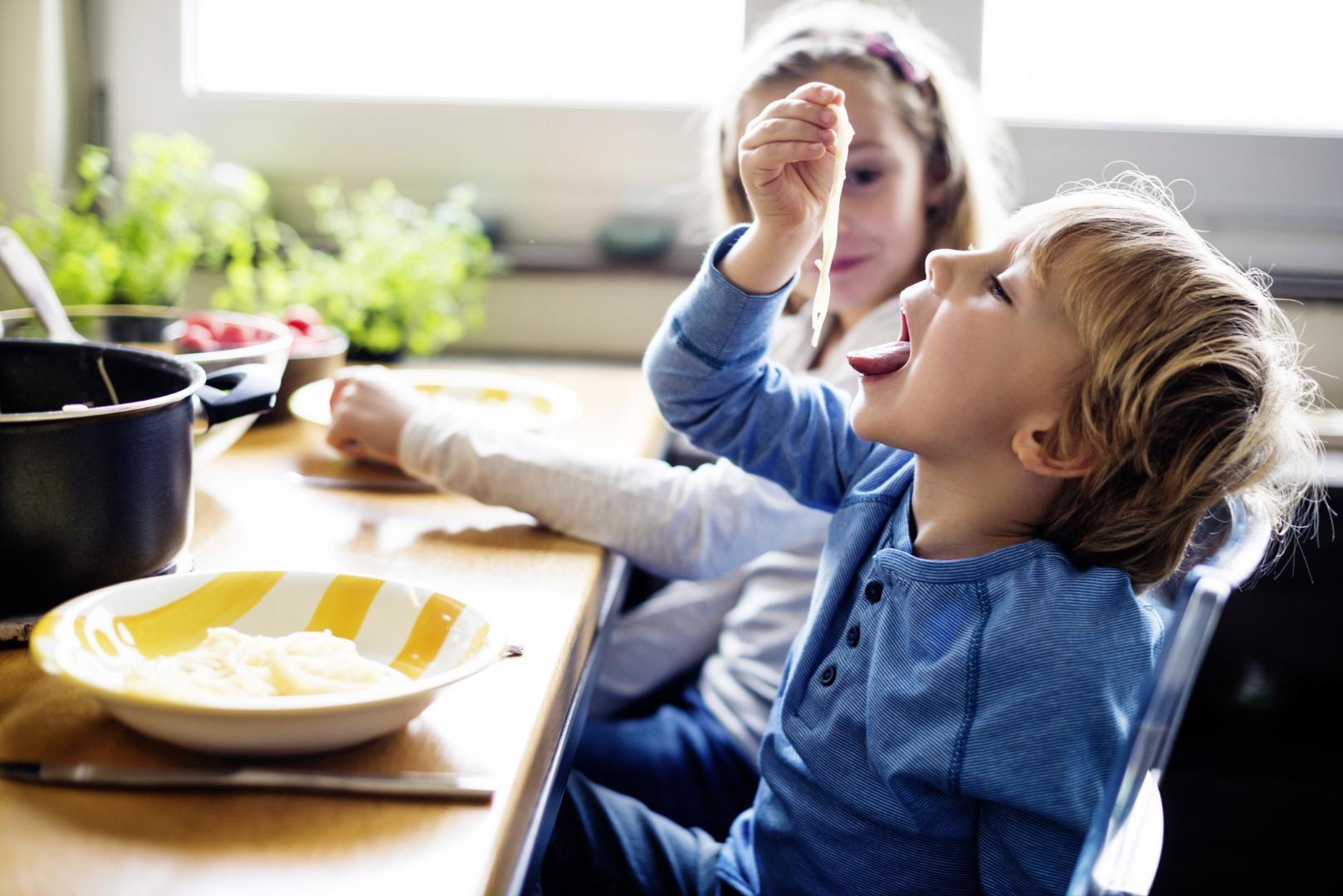 Обеденный этикет: учим малыша кушать аккуратно