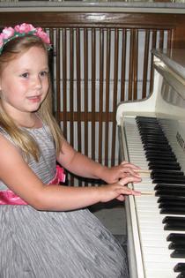 Девочка  за фортепиано