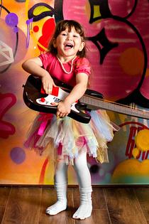 На гитаре я играю, всем настроение поднимаю!