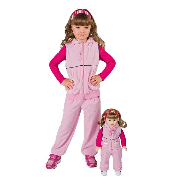 Las muñecas y la ropa son iguales para las niñas y las muñecas.