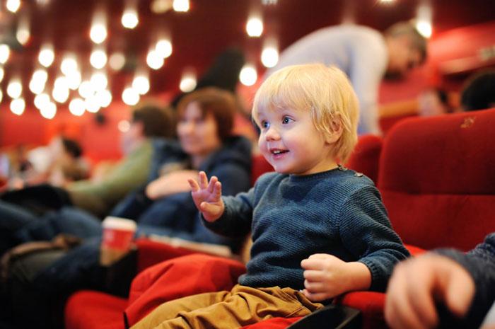 Зачем вести ребенка в театр?