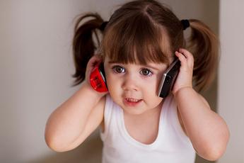 Зачем мы на самом деле покупаем ребенку мобильный телефон?