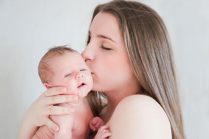 Нежные объятия: главный стимул развития малыша